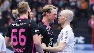 En leende Johan Fahlström i Falun och Storvretas Henrik Stenberg står tätt och tittar på varandra. Till vänster i bild ansluter bland annat Faluns Adam Fernqvist som försöker skilja på de båda.