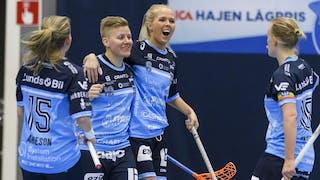 Therese Arneson klappas om av Andrea Envall efter att ha gjort mål.