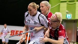 Louise Wickström, i Täbydress, håller undan KAIS Mora-spelarna Anna Wijk och My Kippilä