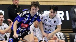 Sirius Joakim Olsson och Pixbos Danny Estrella-Näslund i kamp om bollen.