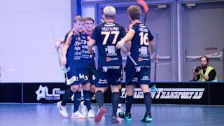 Mullsjös Pelle Tarenius, Sebastian Palmqvist, Anton Vestlund och Kasper Hedlund kramas om efter att laget gjort mål.