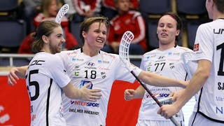 Victor Nystedt, till vänster, kramar om Alexander Hedlund i mitten som inväntar två andra lagkamrater för en gruppkram.