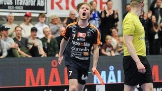 Mullsjös Kim Ganevik vrålar ut sin glädje efter ett mål. I bakgrunden skymtar läktaren och till höger i bild blickar en domare bort från kameran.
