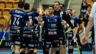 Fredrik Azelius, centralt i bild, har höjt sin arm och ger lagkamraterna en high-five. Till vänster i bild syns Nicklas Lidholms ryggtavl.a