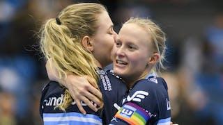 Närbild på Warbergs lagkapten Camilla Halldén, till höger i bild, som kramar om tvåmålsskytten Jenny Dahl.
