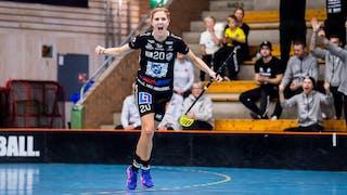 Dalens Frida Eriksson sträcker ut armarna åt sidan och skriker ut sin glädje efter att ha gjort mål.