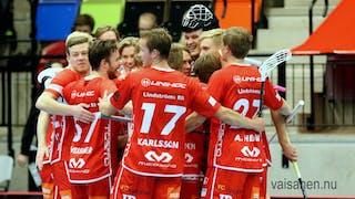 Jönköpingsspelare i helröda matchställ firar tillsammans i grupp med läktaren i bakgrunden.