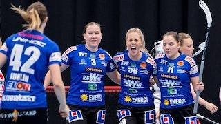 Lisa Rengärde i mitten skriker ut sin glädje och hålls om av Luize Bilinska till vänster och Frida Swahn till höger.