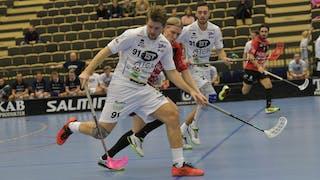 Växjös nummer 91 Christopher Holmrér i duell med en motståndare.