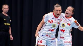 Jönköpings Felicia Glad och Micaela Lundmark jublar efter ett mål förra säsongen.