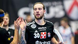 Närbild på Linköpings Martin Hovlund som ger sin lagkamrat på bänken en high-five.