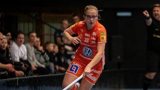 IKSU:s Veera Kauppi dribblar med ena handen på klubban .