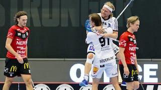 Sirius Johan Widh hoppar upp i famnen på Kevin Söderling, med ryggen mot kameran, som just gjort mål. I bakgrunden syns två deppiga Örebrospelare.