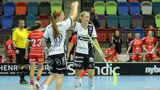 KAIS Moras Johanna Hultgren ger sin lagkamrat Malin Andreason en highfive. I bakgrunden syns en besviken Jönköpingsbänk.