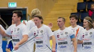 Kalmarsundspelarna, med lagkaptenen Johan Wittberg i fokus, står uppradade och ger varandra en high-five.