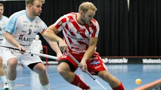 Lindås Tim Oskar Wiklund, till vänster i bild, och Charlie Sköld, centralt i bild, i en duell med en hoppande boll vid sargen.