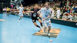 Dalens lagkapten Ketil Kronberg med bollen jagas av Faluns Johannes Larsson i bakgrunden.
