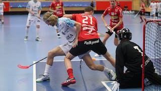 Duell framför mål när Storvretas Jesper Berggren försöker slå bort bollen.