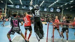 Storvretas målvakt Viktor Klintsten hoppar upp och fångar bollen samtidigt som både Storvreta och Falunspelare håller koll på bollen.