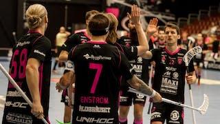Faluns Emil Johansson, till höger i bild, ger sina lagkamrater en highfive. Centralt i bild, med ryggen mot kameran, står Rasmus Enström.