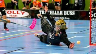 Rönnbys målvakt Helen Bircher slänger sig och räddar en boll.