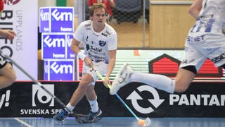 Helsingborgs Linus Nordgren med bollen, håller tungan rätt i mun och blickar upp i banan.
