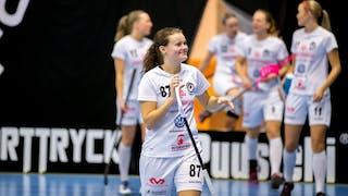 Täbys Julia Croneld håller nöjt i bladet på sin klubba. I bakgrunden syns hennes lagkamrater.
