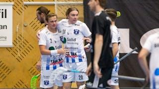 Linus Nordgren och Jonathan Nilsson klappar om varandra efter att ha gjort mål.