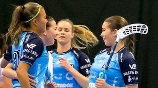 Warbergs Jenny Dahl firar ett mål och kramar om sina lagkamrater.