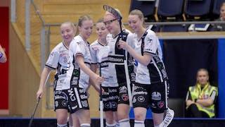 KAIS Mora-spelarna, med My Kippilä centralt i bild, kramas om efter ett mål.