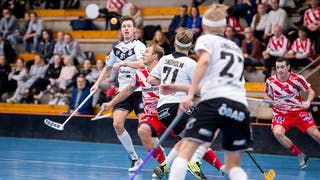 Örebros Marcus Ekengren och Pixbos Charlie Sköld, båda omringade av andra spelare, går upp i en duell om en höjdboll.