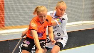Duell vid ena sarghörnet mellan Anna Wiman, som är bollförande, och Warbergs lagkapten Amanda Ahola.