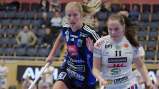 Sirius Maja Brodin, till vänster iklädd lagets blåsvarta hemmaställ, och Karlstads Frida Swahn duellerar.