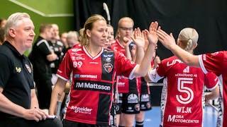 Louise Wickström, centralt i bild, står längst fram i ett långt tåg av KAIS Mora-spelare som ger varandra en high-five efter ett mål.