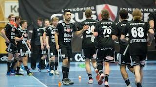 Linköpings Yousif Touma, centralt i bild, ger sina lagkamrater, som kommer i ett långt tåg, en high-five.