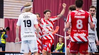 Pixbos Gustav Fritzell sträcker handen i luften i en segergest efter att ha reducerat