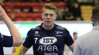 Närbild på Växjös André Andersson som blickar mot spelarbänken och håller en vattenflaska i sin högerhand.