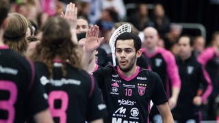 Omar Aldeeb, i fokus centralt i bild, ger sina lagkamrater en high-five efter ett mål.