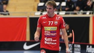 Storvretas Tobias Gustafsson knyter högernäven efter att ha gjort ett mål.