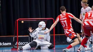 Pixbos målvakt Jon Hedlund  sträcker ut högerhanden men ser hur bollen går in i hans högra kryss. Framför honom syns Jens Milesson som har försökt att täcka skottet.