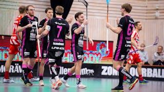 Falun klappar om varandra efter ett mål, i mitten av bilden går Alexander Galante Carlström.