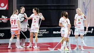 Jönköpingsspelare samlas vid sitt mål där Gabriella Strandberg ger sin målvakt Sofia Blixt en fistbump.