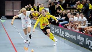 Endres Linnéa Wallgren driver bollen och jagas av Täbys Anna Peterzén. I bakgrunden till höger syns Täbybänken.