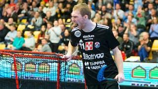 Linköpings Ondrej Nemecek håller i målet med högerhanden och vrålar ut sin glädje efter att ha gjort mål.