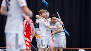 Tre glada Linköpingsspelare i vita tröjor jublar och kramar om varandra. Bredvid går en Pixbospelare iväg åt andra hållet.