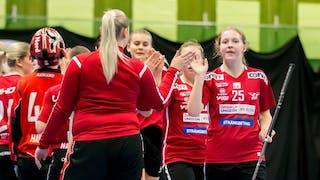 Ö-vikspelarna uppställda på två rader efter ett mål. Längst fram, till höger i bild, går Hanna Kristoffersson och ger en lagkamrat en high-five.