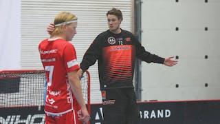 Jönköpings målvakt Gustav Jansson slår ut med armarna. Framför honom tar sig Otto Weidman för bakhuvudet.