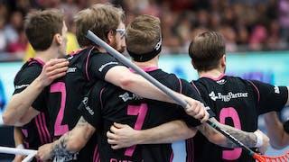 Fyra Falunspelare med ryggen mot kameran klappar om varandra efter ett mål.