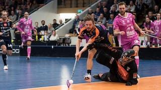 Mullsjös Kim Ganevik sträcker dig efter bollen och försöker ta sig förbi Faluns målvakt.