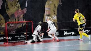 Täbys Matilda Sjödin är framme vid Endres målvakt Liisa Kokkonen samtidigt som bollen precis har hamnat i nätet. I höger bildkant syns Endres Anna Karlsson komma springandes.